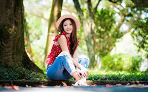 Hintergrundbilder Asiaten Bokeh Sitzt Jeans Bluse Der Hut Braunhaarige Nett Mädchens