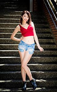 Hintergrundbilder Asiaten Treppen Posiert Shorts Bauch Unterhemd Braune Haare Lächeln junge frau