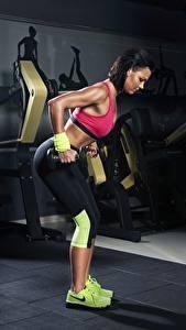 Hintergrundbilder Fitness Turnhalle Trainieren Hanteln Mädchens