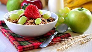 Fotos Müsli Äpfel Erdbeeren Weintraube Frühstück Löffel