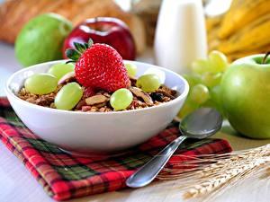 Fotos Müsli Äpfel Erdbeeren Weintraube Frühstück Löffel Lebensmittel