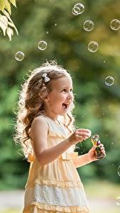 Hintergrundbilder Kleine Mädchen Dunkelbraun Seifenblasen Freude Hand George Dyakov