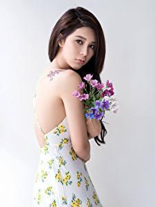 Bilder Asiatische Blumensträuße Braunhaarige Blick Kleid junge frau