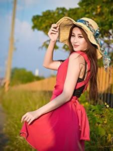 Hintergrundbilder Asiatisches Unscharfer Hintergrund Braunhaarige Starren Der Hut Hand Kleid Mädchens