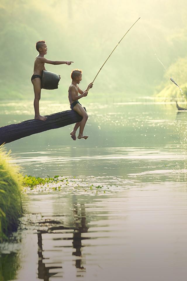 Fotos von Junge kind Zwei Fischerei Asiatische Flusse Sitzend 640x960 jungen Kinder 2 sitzt sitzen