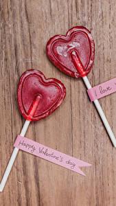 Fotos Valentinstag Süßigkeiten Dauerlutscher Bretter Herz Zwei Englisch Lebensmittel