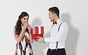 Fonds d'écran Saint-Valentin Homme Fond blanc 2 Cadeaux Chemise manches longues Les robes Heureuse Filles