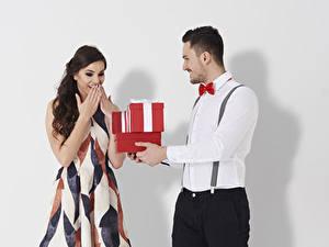 Fonds d'écran Saint-Valentin Homme Fond blanc Deux Cadeaux Chemise manches longues Les robes Joie Filles