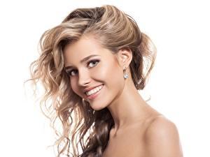 Hintergrundbilder Lächeln Dunkelbraun Weißer hintergrund Schöner Haar junge frau