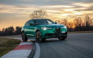 Fotos Alfa Romeo Abend Straße Grün Metallisch Crossover Stelvio Quadrifoglio, 2020 auto