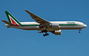 Desktop hintergrundbilder Boeing Flugzeuge Verkehrsflugzeug Seitlich Alitalia, 777-200ER Luftfahrt