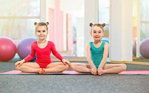 Bilder Gymnastik Kleine Mädchen Zwei Uniform Sitzt Starren Kinder