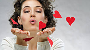 Papéis de parede Dia dos Namorados Castanhos Mão Coração Meninas