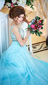 Fonds d'écran Bouquets Aux cheveux bruns Les robes