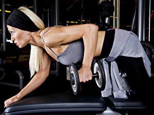 Fotos Fitness Hanteln Hand Trainieren junge frau