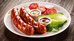 Hintergrundbilder Wiener Würstchen Gurke Tomaten Bretter Teller Ketchup
