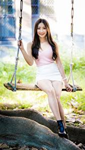 Desktop hintergrundbilder Asiaten Schaukel Sitzt Bein Rock Unterhemd Lächeln Braune Haare Niedlich junge frau