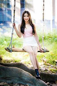 Hintergrundbilder Asiaten Schaukel Sitzt Bein Rock Unterhemd Lächeln Braune Haare Niedlich junge frau
