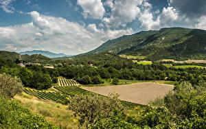 Hintergrundbilder Frankreich Landschaftsfotografie Felder Wälder Hügel Wolke Provence