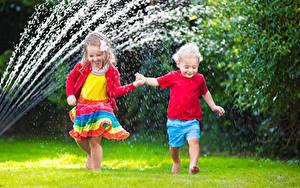 Fotos Junge Kleine Mädchen Zwei Spritzer Kleid Kinder