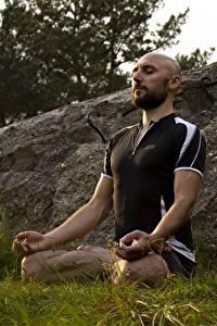 Hintergrundbilder Mann Lotussitz Gras Glatze Sitzend Yoga