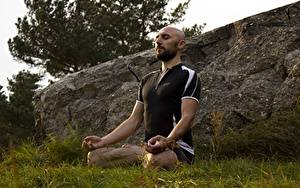 Hintergrundbilder Mann Lotussitz Gras Kahlköpfiger Sitzt Yoga
