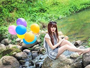 Hintergrundbilder Asiatische Steine Braunhaarige Bein Sitzend Luftballon junge frau