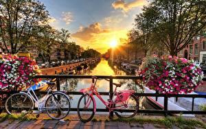 Fotos Brücken Sonnenaufgänge und Sonnenuntergänge Niederlande Amsterdam Sonne Fahrräder Städte