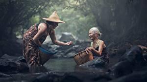 Fotos Steine Asiatische Bach Zwei Der Hut Alte Frau Sitzend Weidenkorb