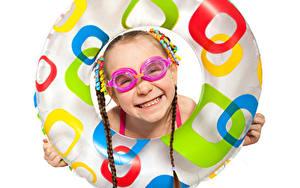 Bilder Weißer hintergrund Kleine Mädchen Brille Lächeln Kreise Kinder