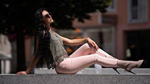 Fotos Sitzt Pose Jeans Brünette Haar Schön Mädchens