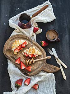 Bilder Croissant Erdbeeren Kaffee Schneidebrett Tasse