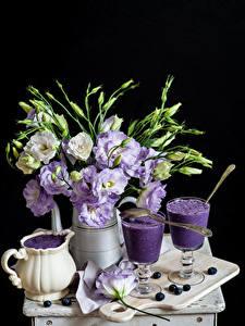 Bilder Stillleben Lisianthus Cocktail Heidelbeeren Schwarzer Hintergrund Vase Kanne Weinglas Schneidebrett Lebensmittel