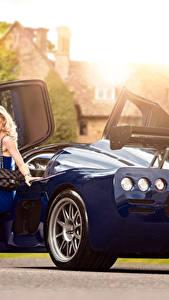 Bilder Blau Metallisch Blond Mädchen Sitzend Bein Kleid 2015-17 Ultima Evolution Coupe Autos Mädchens