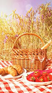 Bilder Croissant Erdbeeren Picknick Ähren Weidenkorb Weinglas Teller Lebensmittel