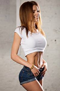 Bilder Posiert Shorts Unterhemd Bauch Braunhaarige Lächeln Model Galina Dubenenko
