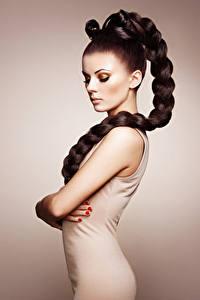 Bilder Farbigen hintergrund Braune Haare Zopf Seitlich Model