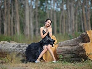 Fonds d'écran Asiatique Le tronc Cheveux noirs Fille Les robes S'asseyant Jambe