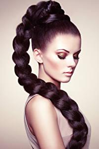 Bilder Grauer Hintergrund Brünette Haar Schminke Zopf junge Frauen