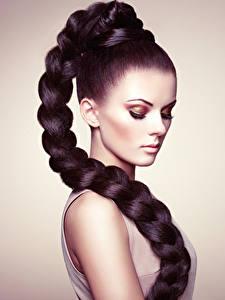 Desktop hintergrundbilder Grauer Hintergrund Brünette Haar Schminke Zopf junge Frauen