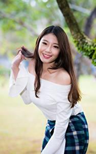 Bilder Asiatische Pose Unscharfer Hintergrund Braunhaarige Blick Lächeln junge frau