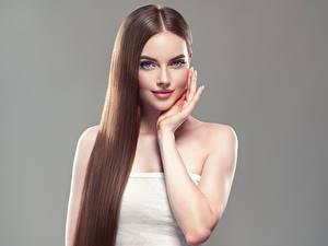 Bilder Grauer Hintergrund Braune Haare Haar Lächeln Hand Schön Mädchens