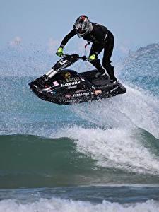 Bilder Wasserwelle Wassermotorräder Spritzwasser Helm sportliches
