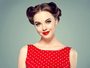 Fotos Grauer Hintergrund Braunhaarige Starren Gesicht Rote Lippen Mädchens