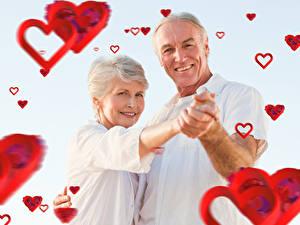 Fotos Valentinstag Mann Liebe Grauer Hintergrund 2 Lächeln Herz woman