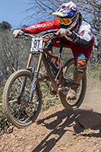 Fotos Mann Fahrräder Uniform Helm Bewegung Sport