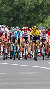 Fotos Mann Radrennen Fahrrad Helm sportliches