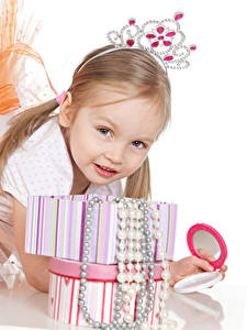 Bilder Schmuck Krone Weißer hintergrund Kleine Mädchen Blick Kinder