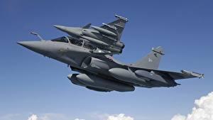 Bilder Flugzeuge Rakete Jagdflugzeug Flug Zwei Untersicht Ansicht von unten Dassault Rafale Rafale B, MBDA MICA Luftfahrt