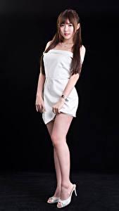Hintergrundbilder Asiaten Schwarzer Hintergrund Posiert Kleid Bein Blick junge Frauen
